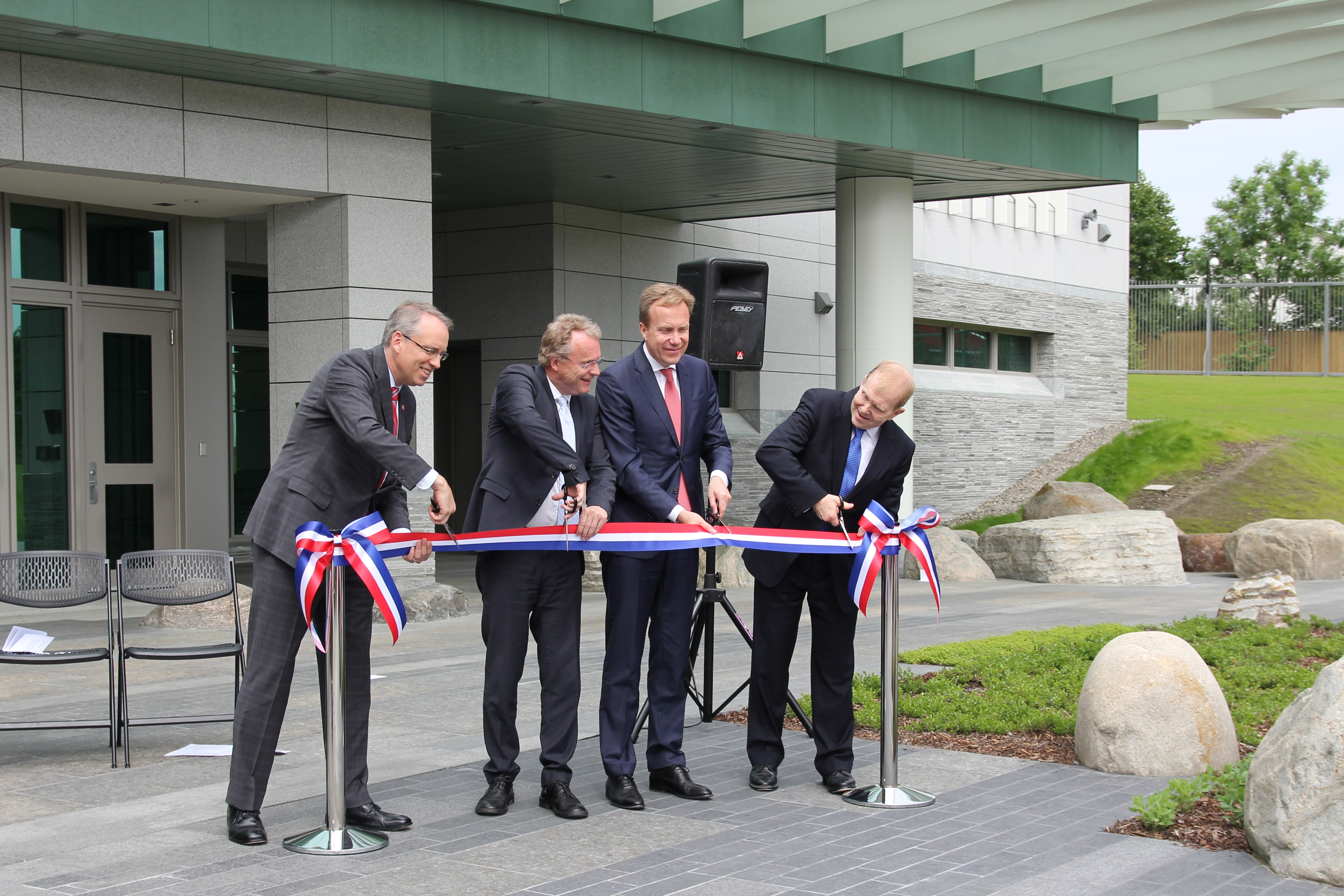 Charge d'Affaires Jim DeHart, Governing Mayor of Oslo Raymond Johansen, Foreign Minister Børge Brende and OBO's Director William Moser are ready to cut the ribbon.