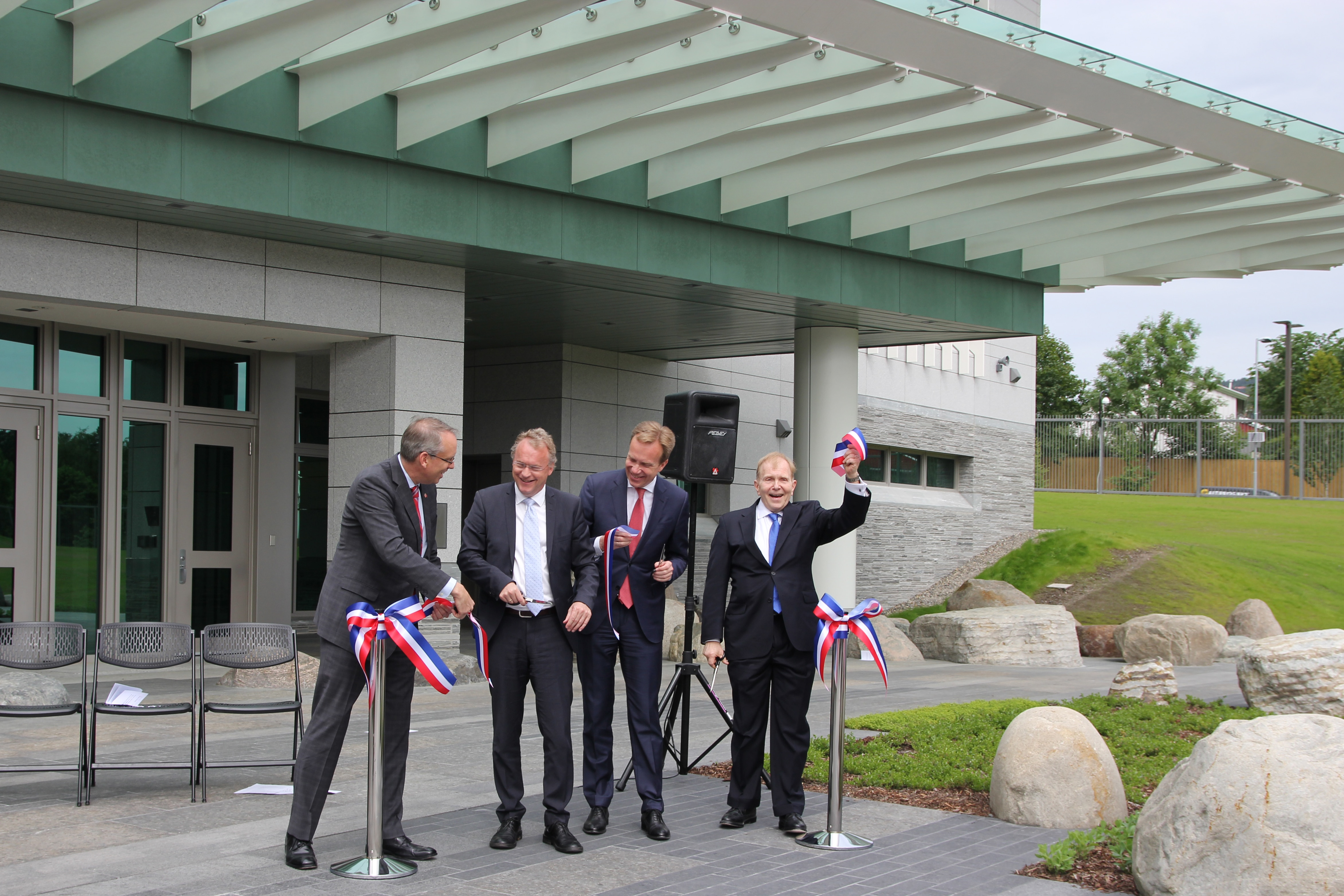 The ribbon is cut and the new U.S. Embassy at Morgedalsvegen 36 at Makrellbekken in Oslo is officially opened!